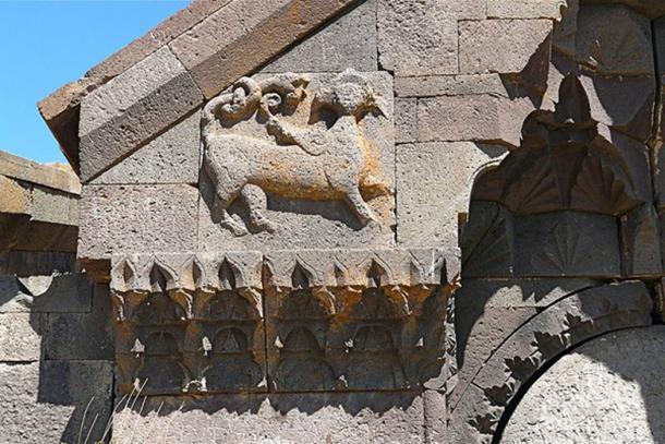 Animal alado a la izquierda de la entrada del Caravanserai de Orbelian. (CC BY 2.0)