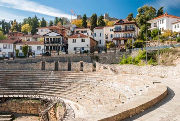 Antiguo teatro romano contra la fortaleza de Samuel en Ohrid, Macedonia (mrotchka / Adobe Stock)