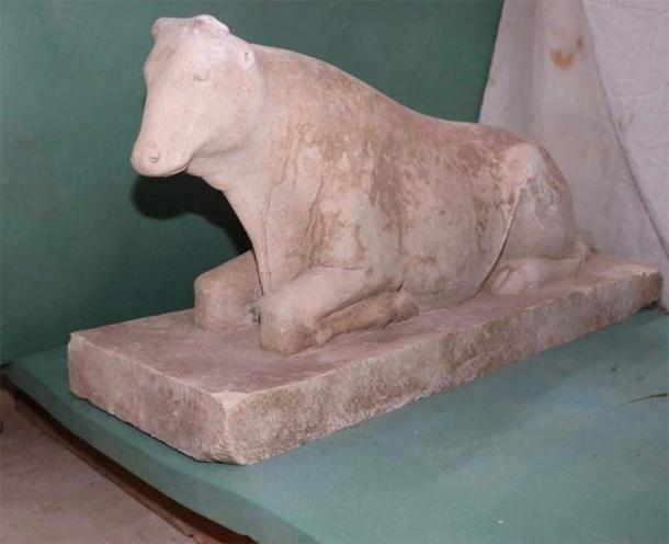 En la tumba faraónica egipcia se encontró una estatua de un becerro de Apis, un toro sagrado, que se adoraba en Menfis. (Ministerio de Turismo y Antigüedades)