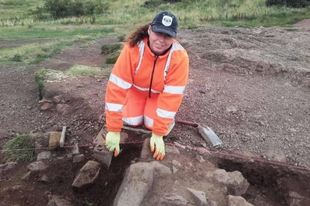 Una arqueóloga en el trabajo desenterrando el antiguo fuerte de Edimburgo descubierto recientemente en Arthur's Seat, en el corazón de la capital escocesa. Fuente: CFA Archeology Ltd