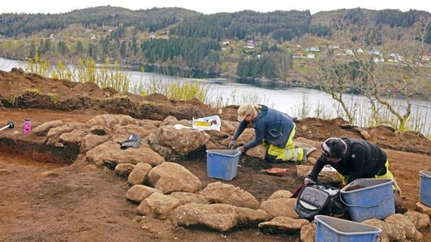La arqueóloga Cecilia Falkedahl y la líder de excavación Yvonne Dahl en el Museo de la Universidad en el sitio. Elf stream en el fondo. (Imagen: Museo de la Universidad de Bergen)