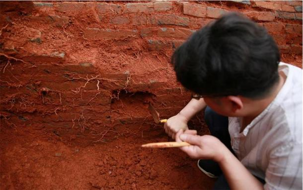 Un arqueólogo trabaja en el sitio de excavación de la tumba de la antigua pareja china que data de la dinastía Song del Norte (960-1127) en la aldea de Nanfentang, municipio de Batang, ciudad de Ningxiang, provincia de Hunan, en el centro de China, el 17 de mayo de 2020. (Xinhua/ Liu Jing)