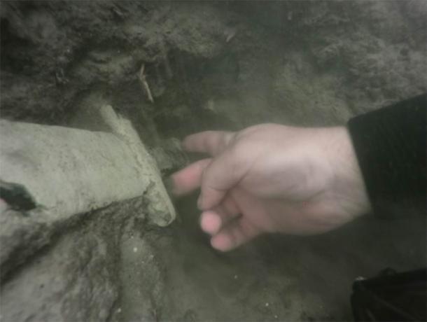 Buzo arqueólogo recuperando la espada del lago. (Universidad Nicolaus Copernicus)