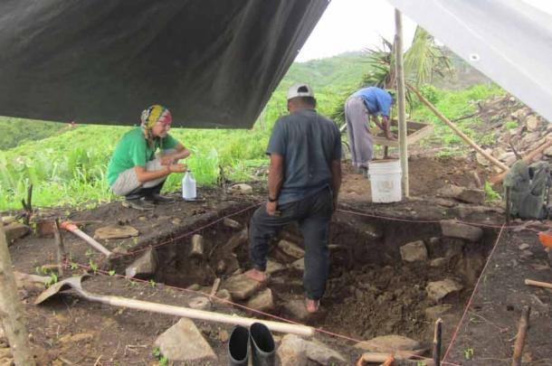 Aquí se puede ver a la arqueóloga Amy Thompson durante las excavaciones en el antiguo sitio maya de Uxbenka, Belice. (Keith Prufer / PLoS One)
