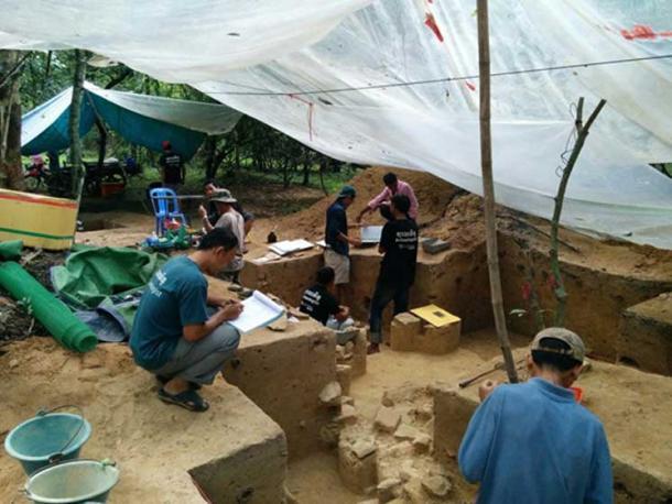 Arqueólogos que excavaron un montículo en el recinto de Angkor Wat en 2015. (Alison Carter / CC BY-SA 4.0)