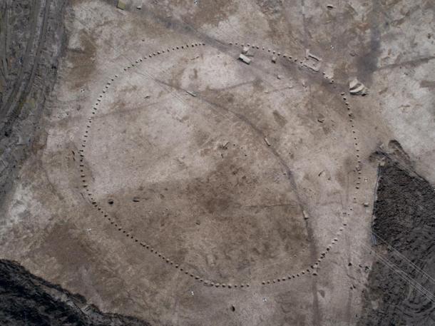 Los arqueólogos que excavaron el área alrededor de la Granja Wellwick también descubrieron un círculo ceremonial neolítico de 65 metros (213 pies) de diámetro de postes de madera que datan de entre 4.000 y 5.000 años de antigüedad, lo que es evidencia de la importancia ritual del sitio. (HS2)