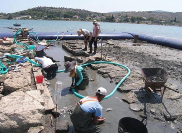 Arqueólogos que trabajan en el sitio de las ruinas de Salamina. (Maraba / Ministerio de Cultura de Grecia)