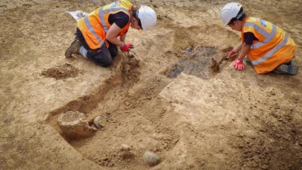 Arqueólogos de ASE excavando la tumba guerrera de la Edad de Hierro. (UCL / ASE)