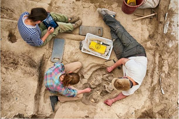 Los arqueólogos desenterrando los restos esqueléticos del sitio de excavación de Çatalhöyük. (Proyecto de investigación Çatalhöyük / Jason Quinlan)