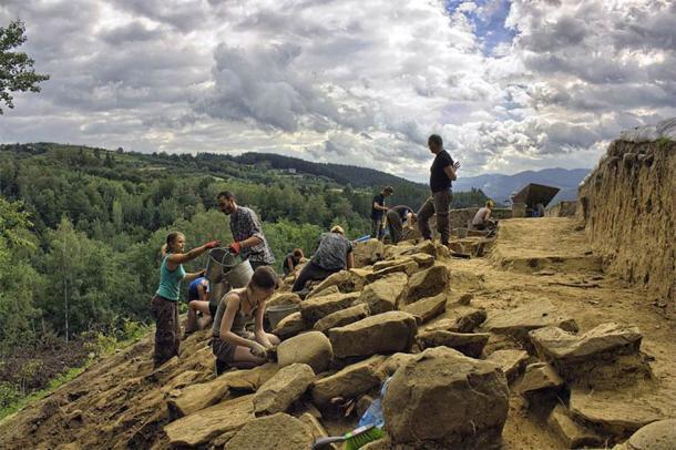 """Arqueólogos que trabajan en la """"Montaña de Zyndram"""" en Maszkowice, Polonia (CC by SA 4.0 / JJMaszko)"""