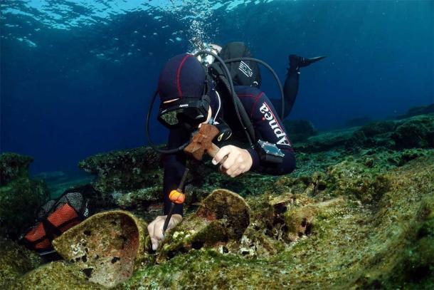 Arqueólogo extrayendo un artefacto del naufragio romano de Kasos, ¡con el mayor cuidado posible! (ΥΠΠΟΑ / Ministerio de Cultura griego)