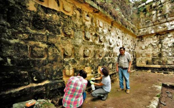 """Arqueólogos en el Templo Kulubá Yucatán de la """"U"""". (INAH)"""
