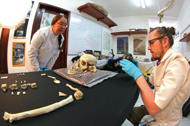 Arqueólogos que estudian el esqueleto encontrado en la cueva del cenote Chan Hol. (Jerónimo Avilés Olguín / Universidad de Heidelberg)