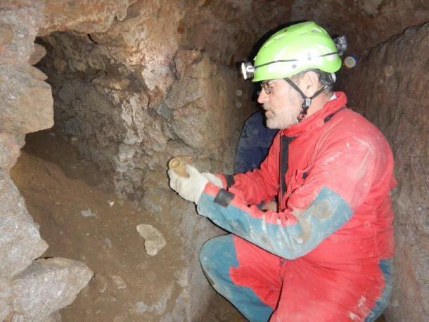 Los arqueólogos excavando un túnel dentro de los desagües de Pompeya. (Parque Arqueológico de Pompeya)