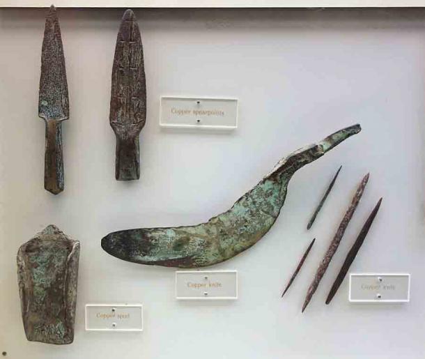 Herramientas y artefactos de cobre indios arcaicos, 3000 a.C. -1000 a.C., exhibidos en el Museo Histórico de Wisconsin, Madison, Wisconsin, EE.UU. (Daderot / CC0)