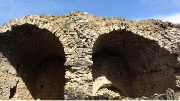 Algunos de los muchos arcos, clásicos de la arquitectura romana. (TurkiyeTurizm)
