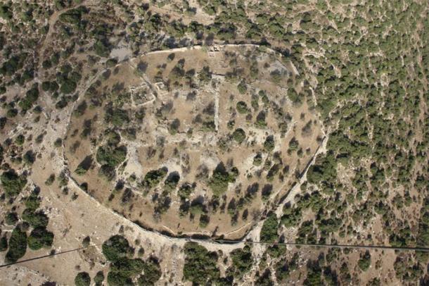 Vista aérea de Khirbet Qeiyafa, el sitio de una antigua ciudad fortaleza con vistas al valle de Elah que data de la primera mitad del siglo X a. C. (Skyview Photography Ltd / CC BY-SA 3.0)