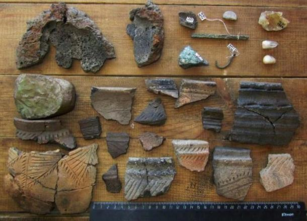 Los artefactos de Arkaim consisten en cerámicas rotas, herramientas de piedra y bronce, huesos y dientes. (Аркаим)