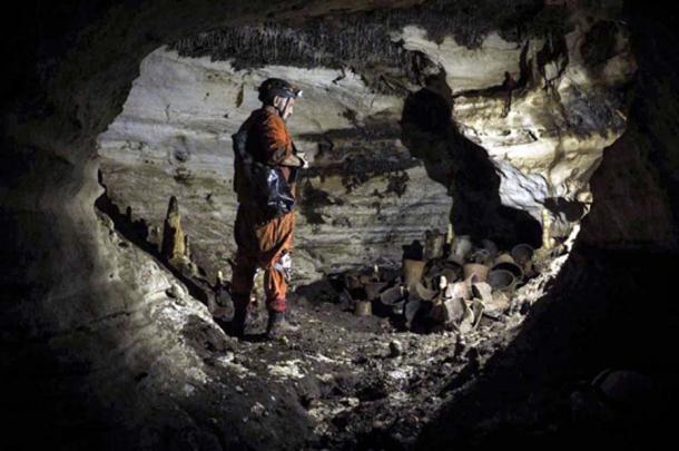 El arqueólogo Guillermo de Anda junto a los artefactos encontrados en la cueva Balamkú en las ruinas mayas de Chichén Itzá. (Karla Ortega / GAM)