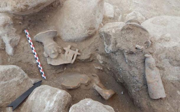 Tumba con figuras y otros artículos funerarios. (Ministerio de Cultura griego)