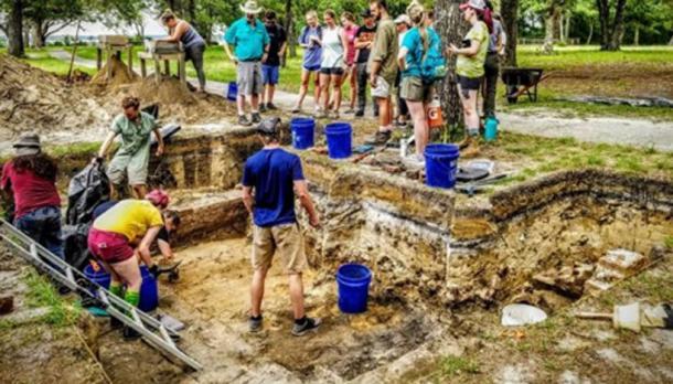 Los artefactos en el sitio de la taberna fueron encontrados a unos 5 pies por un equipo de estudiantes. Se cree que se quemó en la década de 1760 y las paredes cayeron sobre los artefactos, preservándolos. (Kathy Sykes)