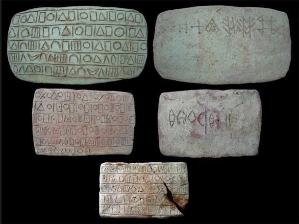 Durante excavaciones pasadas en Konar Sandal, cerca de Jiroft, los arqueólogos han encontrado artefactos con restos de inscripciones antiguas que se cree que son vestigios de idiomas previamente desconocidos. (Uuyyyy / CC BY-SA 3.0)