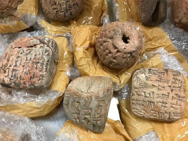 Artefactos falsos (tabletas cuneiformes) en su envoltura. (Fideicomisarios del Museo Británico)