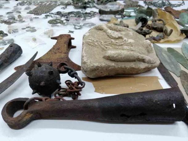 El tesoro incautado de artefactos serbios incluía artículos de la Edad del Bronce, el período bizantino, la Edad Media, los antiguos eslavos y celtas, e incluso artefactos romanos y griegos. (Aduanas serbias)