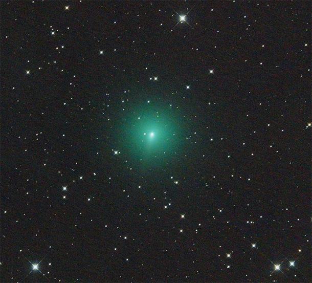 Cometa Atlas en el cielo nocturno que brilla intensamente verde. (Martin Gembec / CC BY-SA 4.0)