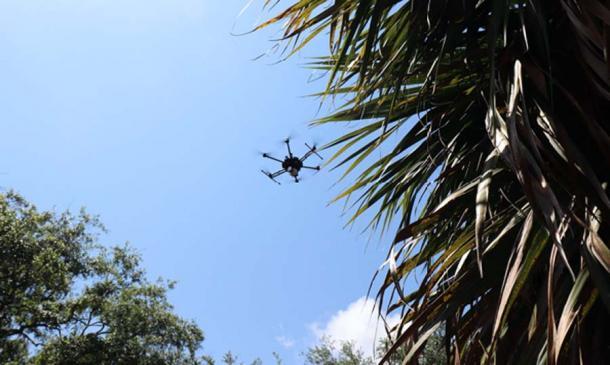 Un avión no tripulado recopila datos sobre el antiguo asentamiento de Florida en la isla de Raleigh. (Foto por Kim Scotto-Kelley)