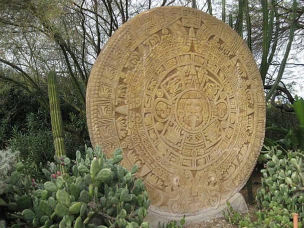 """Escultura de piedra del calendario azteca en la """"Plaza del Patrimonio Mesoamericano"""" de Forest Lawn (Imagen: CC BY-SA 3.0)"""