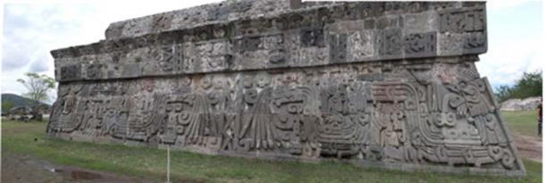 Templo azteca de la serpiente emplumada en Xochicalco, adornado con una serpiente emplumada totalmente zoomorfa. (Giovanirvp / CC BY-SA 3.0)