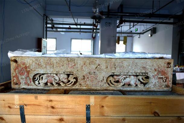 La base del lecho del ataúd de mármol blanco fue descubierta dentro de una tumba china de la dinastía Sui en la provincia de Henan, en el centro de China. (Zhou HuiYing / China Daily)