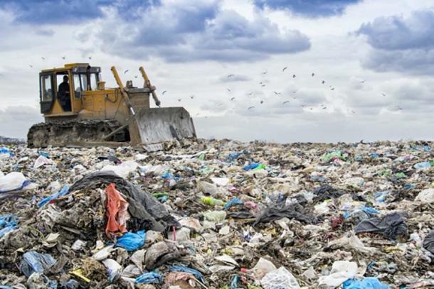 Excavadora trabajando para mover los residuos que muestran la acumulación de plástico en nuestro planeta. (Perytskyy / Adobe stock)