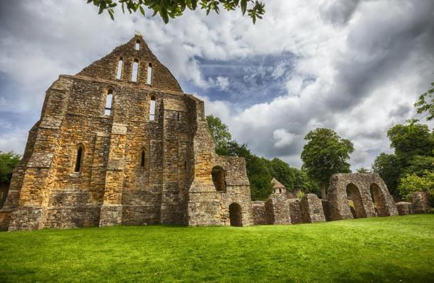 Foto del complejo de ruinas de Battle Abbey en Battle, Sussex, Reino Unido, donde se encontró la antigua lista de reliquias que incluía el hueso de Santa. (araraadt / Adobe Stock)