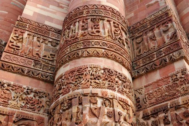 Hermoso detalle de Qutab Minar, minarete de piedra más alto (kaetana / Adobe Stock)