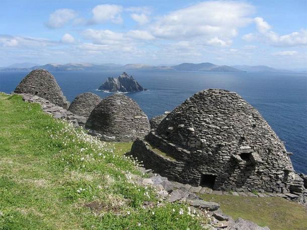 Las antiguas estructuras de chozas de colmena en Skellig Michael en el condado de Kerry, Irlanda, utilizadas como escenarios en dos películas de Star Wars, ahora atraen a demasiados turistas. (Toalla 401 / CC BY-SA 4.0)