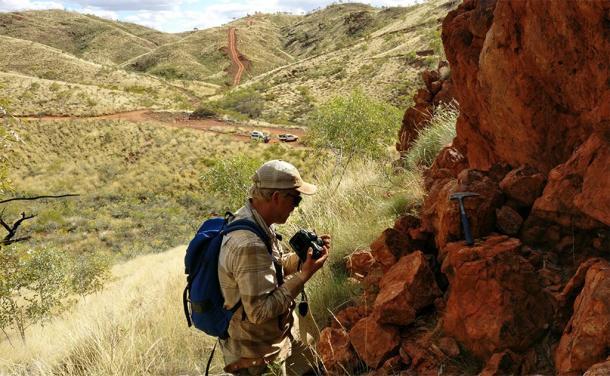 Benjamin Johnson, de la Universidad Estatal de Iowa, trabaja en un afloramiento en la remota Australia Occidental, donde los geólogos estudian la corteza oceánica de 3.200 millones de años. (Imagen: Jana Meixnerova, proporcionada por Benjamin Johnson / Iowa State University)