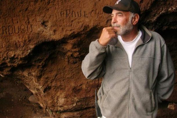 Bernard Keizer ha estado buscando tesoros en la remota isla chilena desde 1998. (La Tercera)