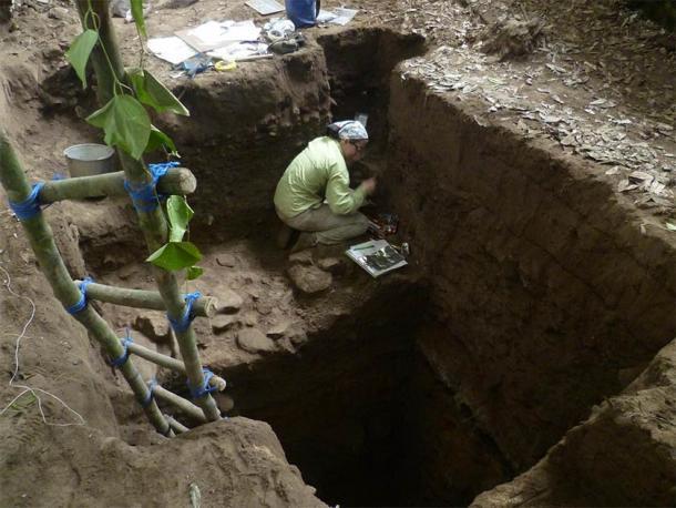 La bioarqueóloga y coautora del proyecto, Emily Moes, realizó excavaciones cuidadosas en los últimos niveles arcaicos en el refugio de rocas Saki Tzul. (Foto por Keith M. Prufer)