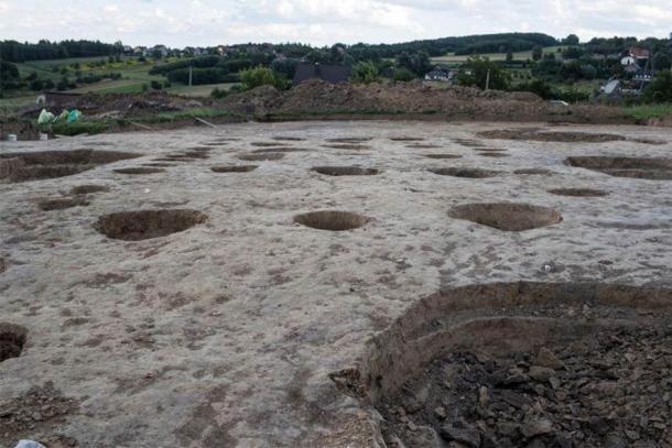 El sitio de excavación de Biskupice en Polonia donde se descubrieron los artefactos antiguos y la imagen de la cara con cuernos. (Lukasz Gagulski / Ciencia en Polonia)