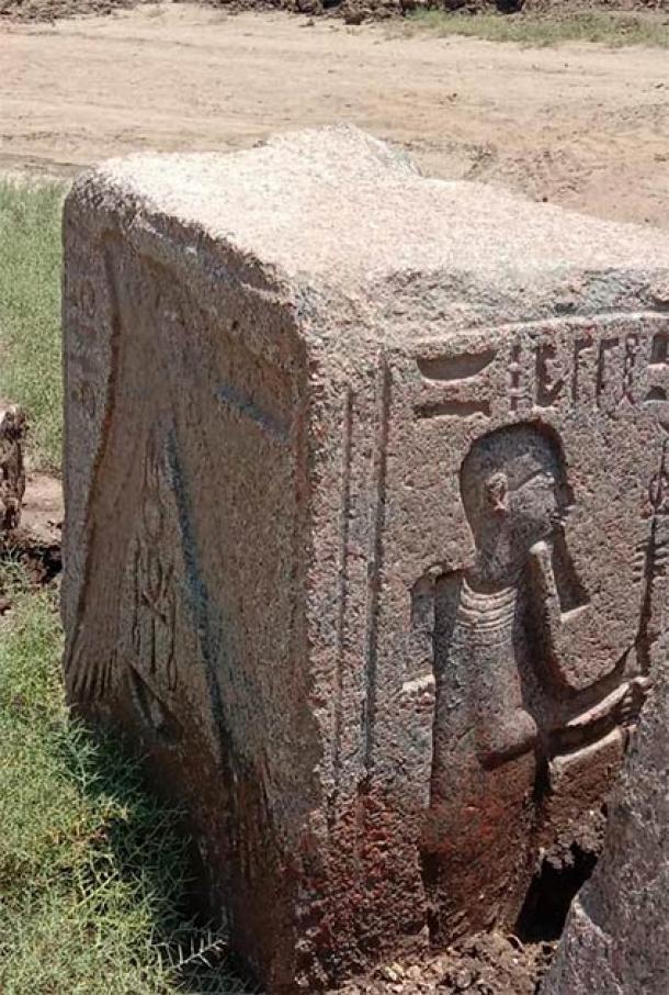 Uno de los recientes bloques de piedra descubiertos recientemente en Memphis de Ptah con su bastón. (Ministerio de Turismo y Antigüedades de Egipto)
