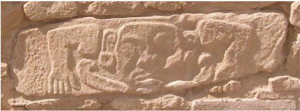 Bloque tallado con deidad humanoide. Muro de contención sur, ciudadela superior, Shimao, condado de Shenmu, provincia de Shaanxi, China. (Sun Zhouyong, Instituto Provincial de Arqueología de Shaanxi)