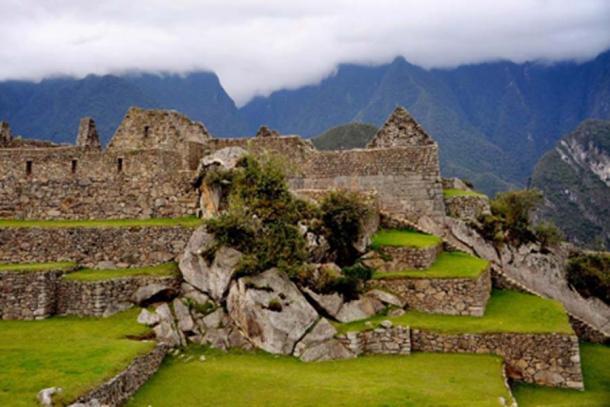 Bloque natural en la montaña Machu Picchu. La red local de fallas y fracturas es visible en los bloques de roca integrados en las estructuras de Machu Picchu. Foto tomada el 6 de noviembre de 2010. (Crédito: Rualdo Menegat)