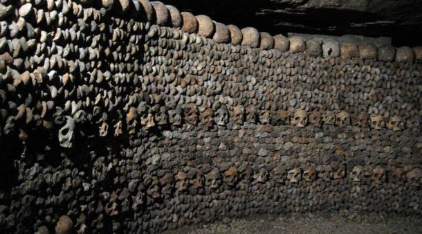 Muro óseo en las catacumbas de París. (Djtox / Dominio público)