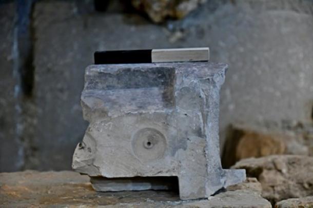 """La parte inferior de la mesa de medición se encuentra en el sitio de excavación del """"antiguo mercado de Jerusalén"""". (Ari Levi / Autoridad de Antigüedades de Israel)"""