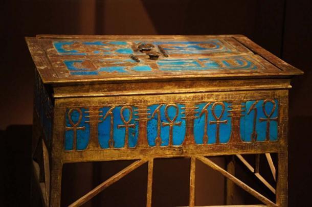 Una caja elaborada de la tumba de Yuya y Tuya con el cartucho de Amenhotep III. (Tjflex2 / CC POR NC ND 2.0)