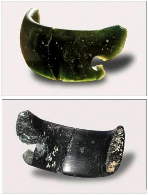 Hecha de Clorita, la pulsera fue hallada en la misma capa de tierra donde se hallaron restos de personas prehistóricas y se cree que les pertenecía a ellos.