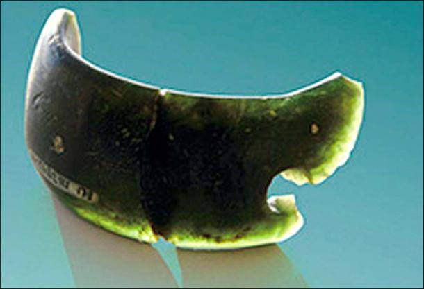 El brazalete Denisovan hecho de cloritolita y encontrado en la cueva Denisova. Imagen: Anatoly Derevyanko.
