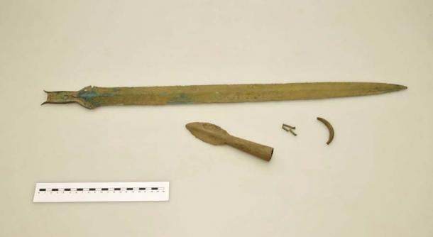 Espada de bronce y punta de lanza encontradas en el sitio arqueológico secreto cerca de Rychnov, República Checa. (David Tanecek, CTK)